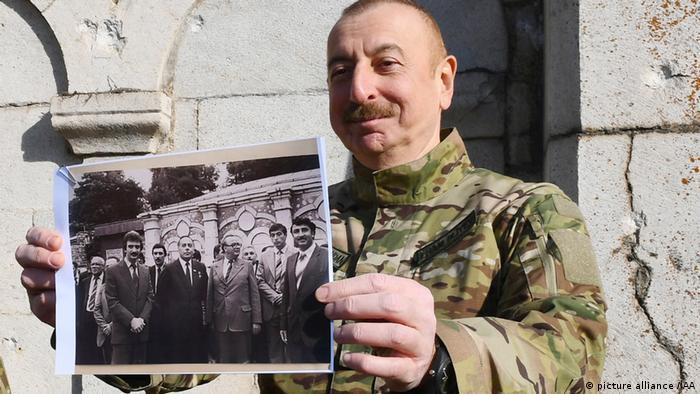الهام علیاف هنگام بازدید از شوشا عکسی از حضور پدرش حیدر علیاف، رئیس جمهوری سابق آذربایجان را نشان داد که ۳۹ سال پیش در همین مکان گرفته شده بود.