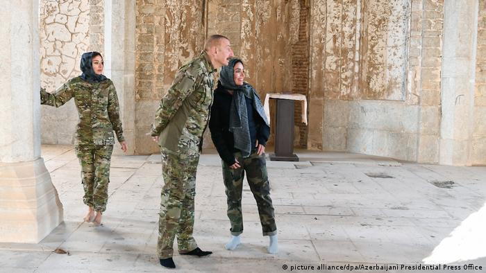 الهام علیاف، رئیس جمهوری آذربایجان به همراه مهربان علیوا، همسر و دخترش لیلا از شهر شوشا بازدید کرد. این شهر تحت کنترل جمهوری آرتساخ قرار داشت که پس از امضای توافقنامه آتشبس میان جمهوری آذربایجان و ارمنستان به کنترل آذربایجان درآمد. (عکس: بازدید از مسجد جامع گوهریه یوخاری)