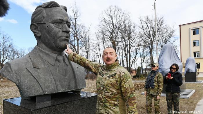 رونمایی از مجسمه عزیز حاجی بیگف یا حاجی بیف، آهنگساز معروف آذربایجانی و که همچنین وزیر کشور جمهوری دموکرات آذربایجان در بین سالهای ۱۹۱۸ تا ۱۹۲۰ بود. او متولد روستای آقجا بدیع در نزدیکی شوشا بود. عزیر حاجیبیُف اولین آهنگساز شرق و اولین آهنگساز شوروی بود که به مدال هنرمند خلق شوروی نایل شد. وی همچنین نشان لنین را دریافت کرد. او تدوینکننده آهنگ سرود ملی کنونی جمهوری آذربایجان است.