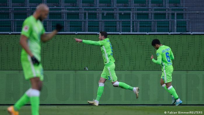 VfL-Angreifer Wout Weghorst(Mitte) bejubelt seinen Treffer zum 1:1