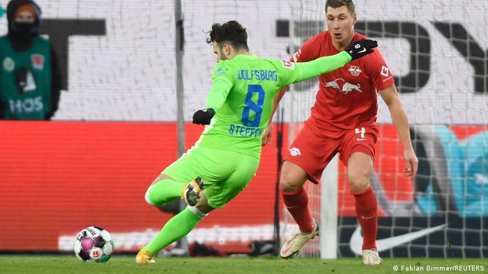 Al igual que el Dortmund, el Leipzig, actualmente segundo, perdió la oportunidad de sumar y convertirse en el líder provisional. En la jornada anterior, el conjunto del este alemán incluso cayó ante el Dortmund y ahora está a un punto del campeón Bayern, dueño de la cima de la tabla. El Leipzig anotó en el minuto 4, pero el Wolfsburg remontó con dos goles. El Leipzig pudo igualar en el 54.