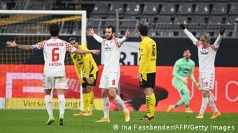 Mainz' Levin Öztunali (Mitte) lässt sich für seinen Treffer zum 1:1 feiern.