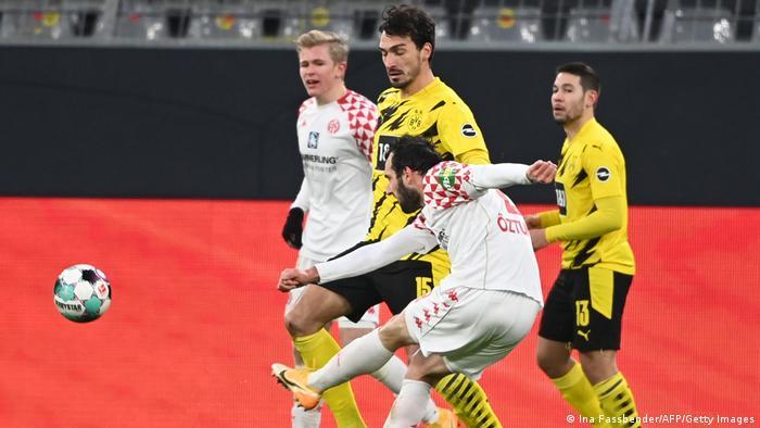 El Dortmund se enfrentaba al último equipo de la tabla, por lo que se esperaba una victoria para sumar tres puntos y avanzar entre los líderes de la Bundesliga, aunque se mantiene en cuarto puesto. El Mainz, por su parte, está ahora de último y con la grave amenaza del descenso.