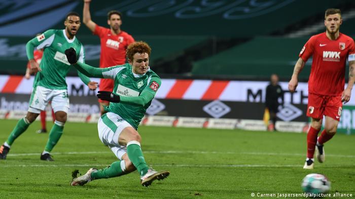 El Werder Bremen logró su primera victoria en casa desde octubre con un par de goles al final del encuentro en casa ante el Augsburgo. El checo Theodor Gebre Selassie anotó en el minuto 84, mientras que el alemán Felix Agu hizo lo propio en el 87.