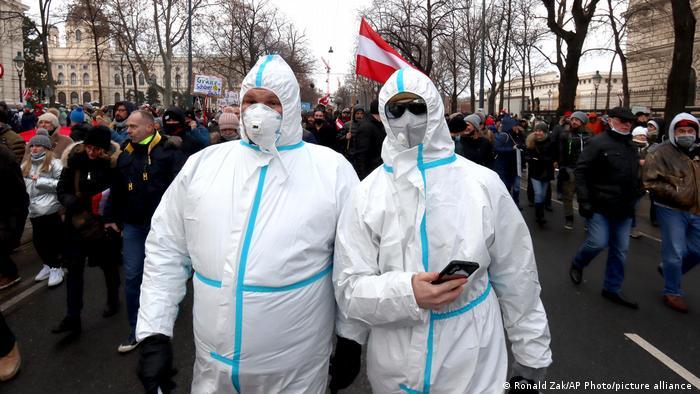 Участники протестов против карантинных мер в Австрии, 16 января 2021 года