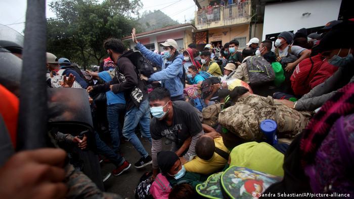 Migrantes hondureños cruzan el paso de El Florido, en Guatemala. (16.01.2021).