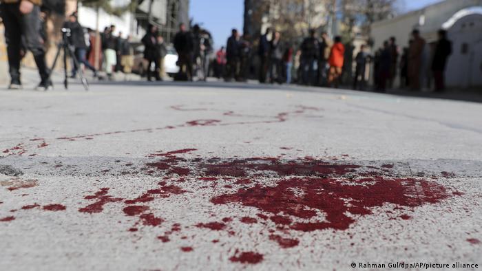 Blut auf einer Straße der afghanischen Hauptstadt Kabul nach einem tödlichen Anschlag auf zwei Richterinnen
