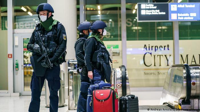 مأموران پلیس در فرودگاه فرانکفورت