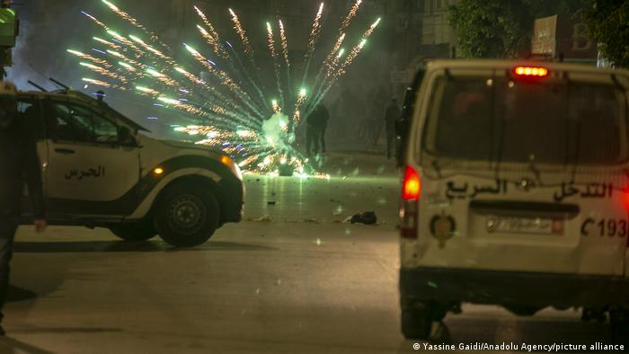Tunisian youths clash with police as they violate the coronavirus curfew