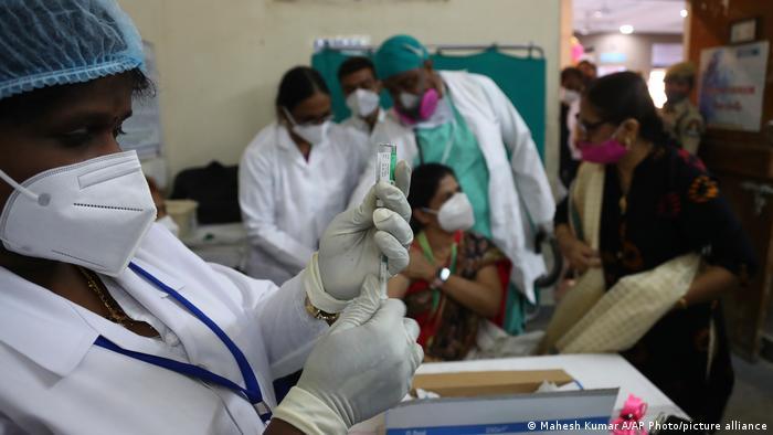 India quiere vacunar a 300 millones de personas antes de finales de julio