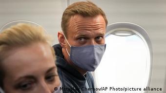 Алексей Навальный на борту самолета, вылетевшего в Москву