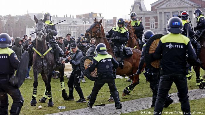 Разгон полицией антиправительственного протеста в Амстердаме, 17 января 2021 года