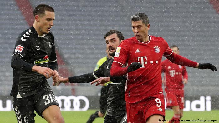 Tras dos derrotas consecutivas, el Bayern Múnich logró una trabajada victoria ante el Freiburg (8) con tanto de Robert Lewandowski, que sigue líder en la tabla de goleadores con 21 dianas en solo 16 jornadas. Con 36 puntos, el vigente campeón tiene cuatro de ventaja sobre el Leipzig (2) y siete tanto sobre el Leverkusen (3) como del Borussia Dortmund (4).