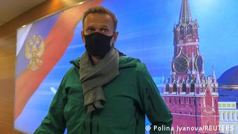 Ο Ναβάλνι μιλάει με δημοσιογράφους λίγα λεπτά πριν από τη σύλληψή του στο αεροδρόμιο Σερεμέτγεβο στη Μόσχα στις 17 Ιανουαρίου