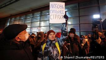 Сторонники оппозиционного политика Алексея Навального у аэропорта Внуково, 17 января 2021 года