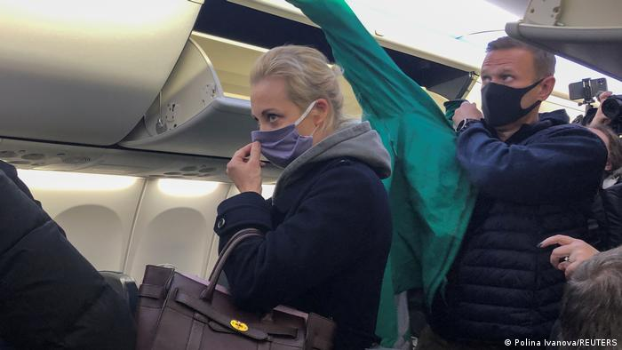 Navalnaya and Navalny get off the plane in Moscow
