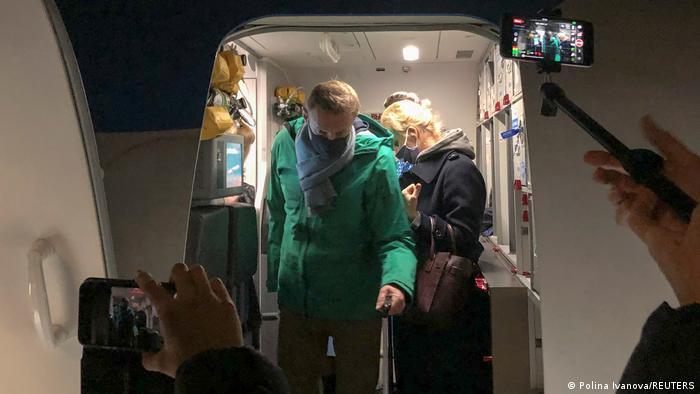 Оппозиционер Алексей Навальный и его супруга Юлия выходят из самолета в аэропорту Шереметьево, 17 января 2021 года