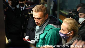 Оппозиционер Алексей Навальный и его жена и Юлия на паспортном контроле в Шереметьево