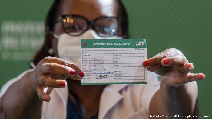 Calazans muestra su certificado de vacunación (17.01.2021)
