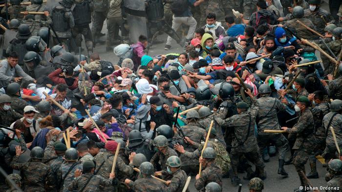 La Policía y el Ejército de Guatemala aporrean a migrantes para frenar su paso por la frontera.