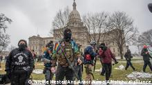 USA I Bewaffnete Demonstranten versammeln sich in der Hauptstadt des Bundesstaates Michigan