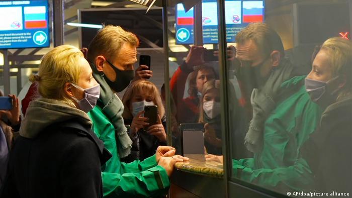 Навальный с супругой на паспортном контроле в Шереметьево