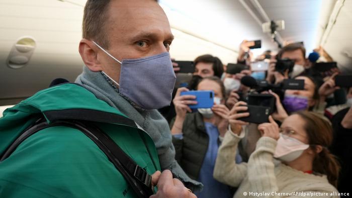 آلکسی ناوالنی در هواپیما و در آستانه بازگشتش به روسیه در روز ۱۷ ژانویه