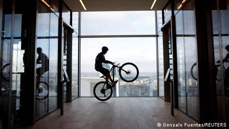 Profesionalni vozač maunti-bajka, Francuz Orelan Fontenoa, popeo se na biciklu uz 768 stepenika na vrh 140 metara visokog Triniti-tornja u distrkitu Le Defens kod Pariza. Da bi se popeo na 33. sprat bilo mu je potrebno 30 minuta i 2 sekunde.