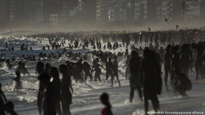 برزیل از جمله کشورهایی است که از لحاظ شمار مبتلایان کرونا و قربانیان کووید ۱۹ در ردههای بالا قرار دارد. تا کنون بیش از ۸ میلیون و ۴۸۸ هزار نفر مبتلا به ویروس کرونا در این کشور شناسایی شده و نزدیک به ۲۰۹ هزار نفر نیز جان خود را بر اثر ابتلا به کووید ۱۹ از دست دادهاند. مردم علیرغم این آمار نگرانکننده به ساحلهای تفریحی هجوم آورده بودند.