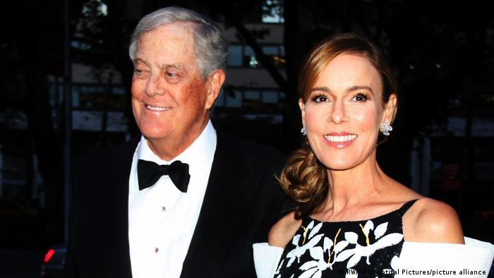 جولیا فلشر کوک همسر دیوید کوک (سمت چپ) است. دیوید برادر کوچکتر چارلز کوک است. جولیا پس از فوت همسرش در سال ۲۰۱۹ بیش از ۵۸ میلیارد دلار به ارث بود.