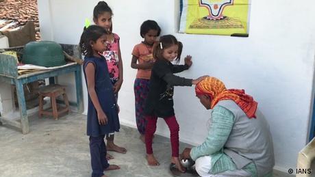 Indien Madya Pradesh Lehrer Schülerinnen Waschung
