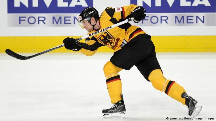 Хоккеист сборной ФРГ на фоне рекламы спонсора Nivea for Men