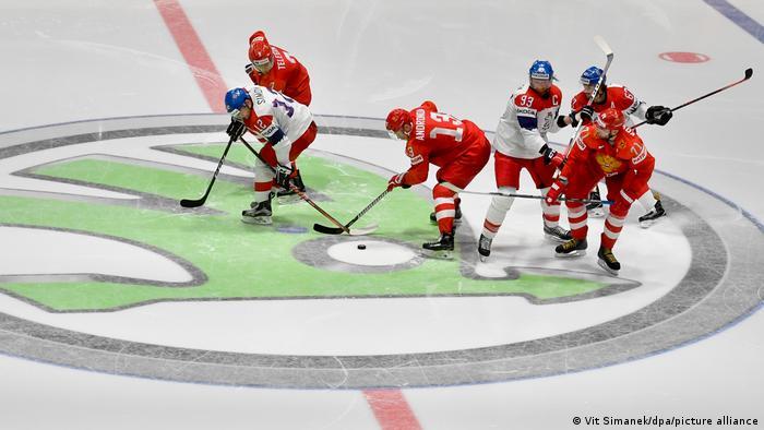 Логотип компании Skoda на хоккейном поле