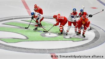 Эмблема фирмы Skoda на хоккейном поле