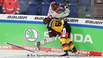 Игровой момент с немецким хоккеистом на фоне логотипа компании Skoda