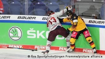 Фрагмент хоккейного матча, надпись Škoda на бортике стадиона