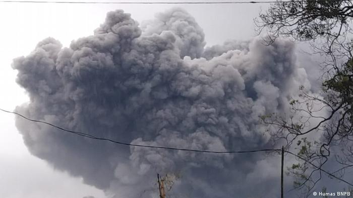 Gunung Semeru keluarkan awan panas guguran pada 16 Januari 2021