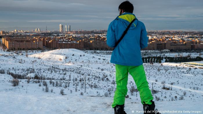 Hombre ante paisaje nevado de Madrid.