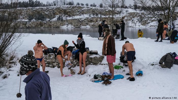 Bañistas en la nieve.