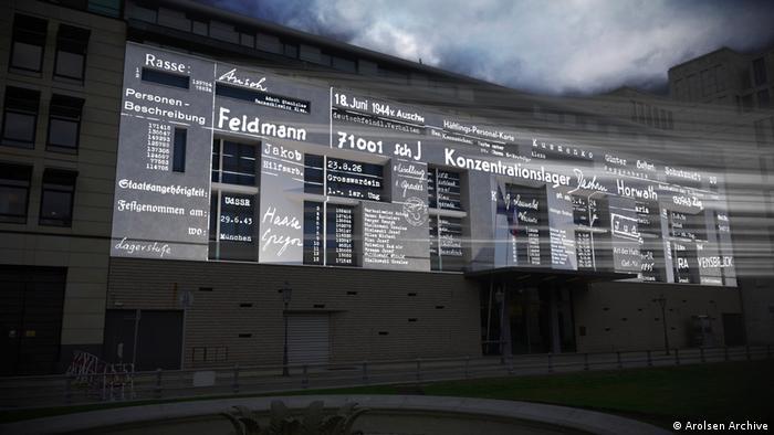 Name von Opfern und Überlebenden des Holocaust werden an die Fassade der Französischen Botschaft in Berlin projiziert