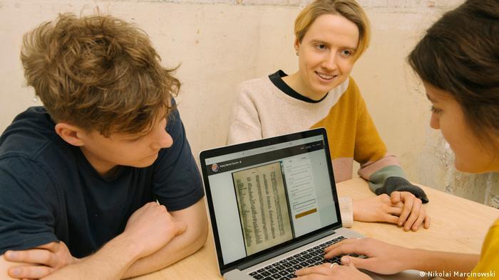 Drei Jugendliche sitzen an einem Laptop und schauen sich beim Projekt#EveryNameCounts Namenslisten an
