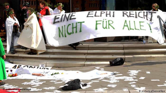 Flash-Galerie Elbphilharmonie Richtfest Protest (picture-alliance/dpa)