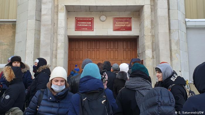 У здания Головинского районного суда в Москве во время вынесения приговора Азату Мифтахову, 18 января 2021 года