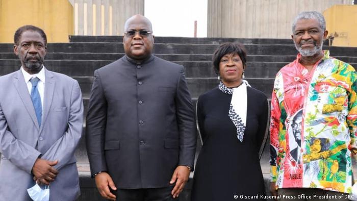 Rais wa Congo Felix Tshisekedi akiwa na watoto wa Patrice Lumumba mjini Kinshasa Januari 2021.