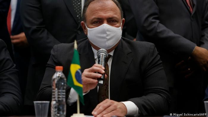 Eduardo Pazuello, ex-ministro da Saúde, fala ao microfone usando máscara