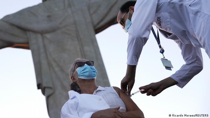 Profissional de saúde é vacinada aos pés do Cristo Redentor, no Rio, em 18 de janeiro