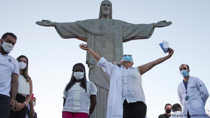 Vakcinacija je počela u Rio de Žaneiru i negovateljka Dulčinela da Silva Lopes bila je prva koja je dobila vakcinu Sinovak – simbolično, ispod statue Hrista Spasitelja. U Brazilu se nadaju da će vakcina biti spas – ta zemlja je jednu od najteže pogođenih zbog pandemije korona-virusa.