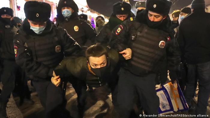 Navalni'nin Rusya'ya döndüğü akşam çok sayıda destekçisi polis tarafından gözaltına alınmıştı