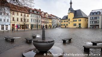 Пустая рыночная площадь в германском городе Апольда