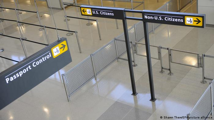 Placas em aeroporto americano